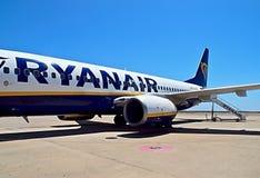 Avi?o de Ryanair em um aeroporto foto de stock royalty free