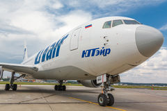 Aviação de Boeing 767-200 VP-BAI Utair que está no aeroporto internacional de Vnukovo Fotos de Stock