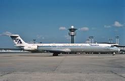 Aviaco-Fluglinien McDonnell Douglas MD-88, der zum Anschluss nach einem Flug von London mit einem Taxi fährt Lizenzfreie Stockfotografie