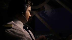 Aviador agotado que habla con el despachador sobre el vuelo sobre radio, aviación metrajes