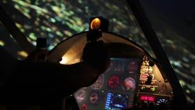 Aviador atento que maniobra el avión privado en el tiempo de la tarde, opinión fresca sobre ciudad almacen de video