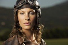 Aviador de la mujer: retrato del modelo de manera fotografía de archivo