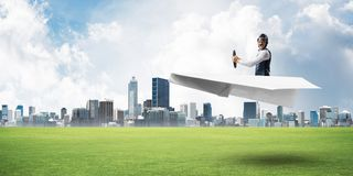 Aviador feliz que conduz o plano de papel imagem de stock