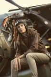 Aviador hermoso de la mujer: foto de la vendimia fotos de archivo