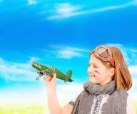 Aviador joven que juega con el aeroplano del juguete imagen de archivo