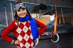 Aviador, muchacha feliz lista para viajar con el avión. Fotografía de archivo libre de regalías