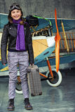 Aviador, muchacha feliz lista para viajar con el avión. Fotos de archivo