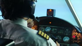 Aviador nervoso que tenta aterrar o plano, falando ao expedidor no rádio video estoque