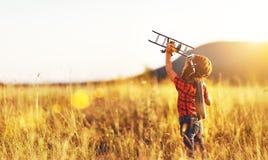 Aviador piloto da criança com sonhos do avião da viagem no verão imagens de stock royalty free