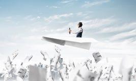 Aviador que conduz o plano de papel acima do centro de neg?cios foto de stock royalty free