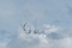 Aviafighters SU-27 lät ut termiska fällor Arkivbild