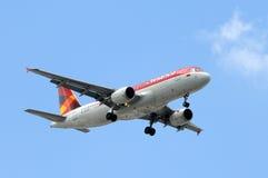 Avianca喷气式客机飞机着陆 免版税库存照片