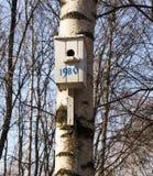 Aviario, alimentatore dell'uccello, aiuto dalla gente nell'inverno immagine stock libera da diritti