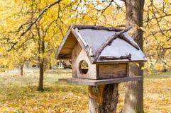 Aviario nel parco di autunno nave fotografie stock libere da diritti