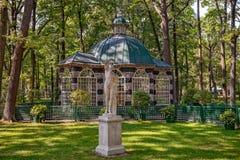 Aviary в Peterhof понижает парк Стоковая Фотография