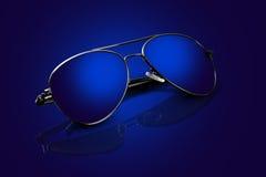 Aviateur bleu Sunglasses de cadre argenté avec des réflexions Photo libre de droits