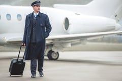Aviateur serein se déplaçant à l'avion Images libres de droits