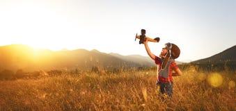 Aviatore pilota del bambino con i sogni dell'aeroplano di viaggio di estate immagine stock libera da diritti