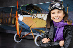 Aviatore, ragazza felice pronta a viaggiare con l'aereo. Fotografia Stock