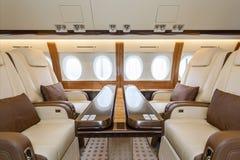 Aviazione interna di lusso e nuvole di affari degli aerei attraverso l'oblò fotografie stock