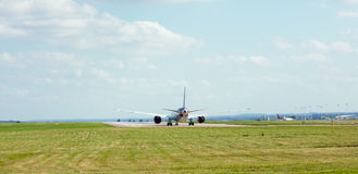 Aviões na pista de decolagem Fotografia de Stock