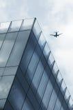 Aviões sobre a torre do escritório Foto de Stock Royalty Free