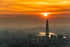 AView da arquitetura da cidade e da palavra do centro de Lotte em Seoul, Coreia do Sul imagens de stock