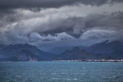AView do cais de Antalya, Turquia às montanhas na costa oposta Imagens de Stock Royalty Free