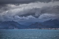 AView od Antalya quay, Turcja góry na opposite brzeg Obrazy Royalty Free