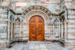 Avigliana, Italia, el 9 de marzo de 2013: la puerta de madera tallada en el ent Imágenes de archivo libres de regalías