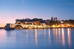Avignon bro med påvar slott och Rhone River på gryning Arkivfoto