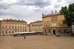 AVIGNON, FRANÇA - 1º DE JULHO DE 2014: Quadrado na frente do Palais de Fotografia de Stock