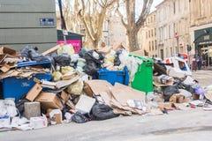 Avignon, France - 13 février 2018 : pleines poubelles de déchets et décharge de déchets dans la rue d'Avignon photographie stock