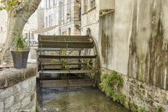Avignon, France Terraço com um moinho de água em DES Teinturiers da rua fotos de stock