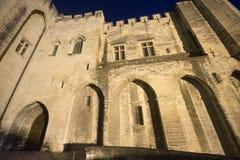 Avignon Palais des Papes vid natt Arkivbild