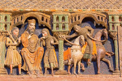 AVILA: Detail van hulp van het leven van heiligen op romanesque polychrome begrafenis herdenkingscenotafio DE los Santos Hermanos Stock Afbeeldingen