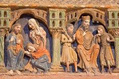 AVILA: Detalhe de relevos da vida de Saint no romanesque Cenotafio memorável fúnebre policromo de los Santos Hermanos Martires Imagem de Stock