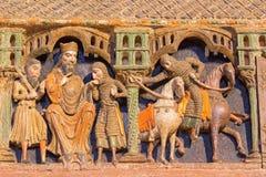 AVILA: Detalhe de relevos da vida de Saint no romanesque Cenotafio memorável fúnebre policromo de los Santos Hermanos Martires Imagens de Stock