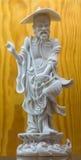Avila - die Porzellanfigur des chinesischen Weiß des Fischers von 19 cent gemacht bei Dehua in der Fujian-Provinz Stockfotos