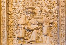 AVILA, ESPANHA, ABRIL - 18, 2016: O relevo de St Luke o evangelista em Girola de Catedral de Cristo Salvador fotos de stock royalty free