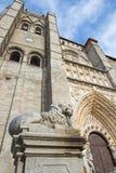 Avila - fasaden av Catedral de Cristo Salvador med lejonstatyn Royaltyfri Foto