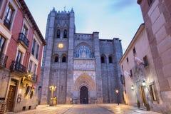 Avila - fasaden av Catedral de Cristo Salvador på skymning Royaltyfri Foto