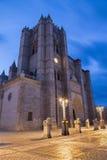 Avila - fasaden av Catedral de Cristo Salvador på skymning Royaltyfri Bild