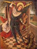 AVILA, SPAGNA: Pittura dell'arcangelo Michael al giudizio delle anima sull'altare laterale in Catedral de Cristo Salvador Fotografie Stock Libere da Diritti