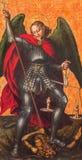 AVILA, SPAGNA: Pittura dell'arcangelo Michael sull'altare laterale in Catedral de Cristo Salvador da un artista sconosciuto di 16 Immagine Stock Libera da Diritti
