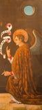 AVILA SPANIEN: Ärkeängel Gabriel som flåsar - förklaring på trät som den högra dörren av triptyken i Domkyrka de Cristo Salvador Royaltyfri Foto