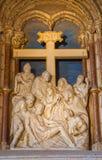 AVILA SPANIEN, APRIL - 18, 2016: Avlagringen av korset sned skulptur från sakristia av Catedral de Cristo Salvador Arkivbild