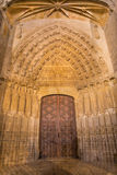 AVILA SPANIEN, APRIL - 18, 2016: Den norr gotiska portalen av Catedral de Cristo Salvador Arkivbild