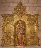 AVILA SPANIEN, APRIL - 19, 2016: Det sned polychrome barocka altaret av St Peter i den kyrkliga basilikan de San Vicente Fotografering för Bildbyråer