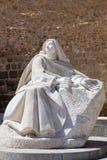 AVILA SPANIEN, APRIL - 18, 2016: Statyn av St Theresia av Avila bak stadväggarna av den spanska skulptören Juan Luis Vassa fotografering för bildbyråer